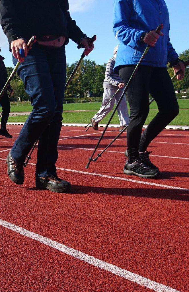 Nordic Walking is een wandeltechniek waarbij je stokken gebruikt.
